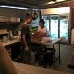 Die Köchin im Fab Monkey faschiert für uns das Kebap-Fleisch