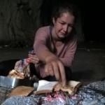 Elisabeth bereitet den Frühstückstoast zu