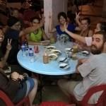 DIe Hostelgruppe mit dem Inder beim FIschessen